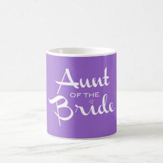Tía del blanco de la novia en púrpura taza de café