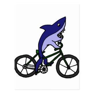 Tiburón azul de la diversión que monta la tarjeta postal