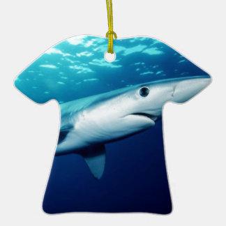 Tiburón azul adorno de cerámica en forma de playera