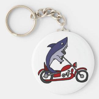Tiburón azul divertido que monta la motocicleta llavero redondo tipo pin