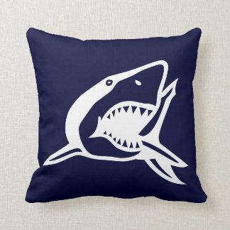 tiburón blanco en la almohada del azul del navyl