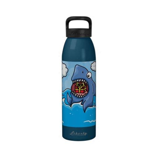 Tiburón con el presente botellas de agua reutilizables