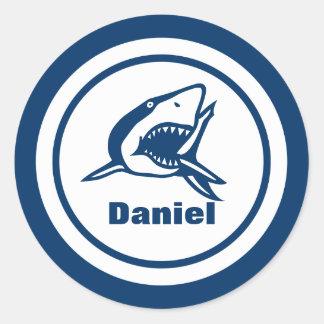 Tiburón con nombre pegatina redonda