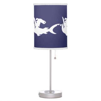 Tiburón de Hammerhead blanco en fondo azul Lámpara De Mesilla De Noche