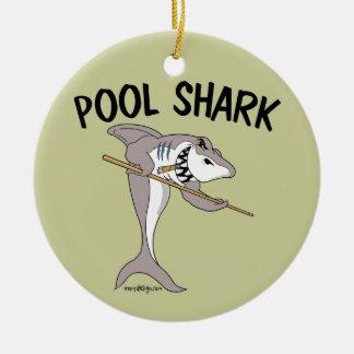 Tiburón de la piscina adorno navideño redondo de cerámica