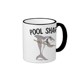 Tiburón de la piscina taza a dos colores