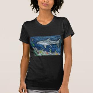 Tiburón de tigre en colores pastel camisetas