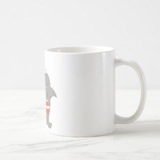 Tiburón del dibujo animado con el cubo de pollo fr tazas de café
