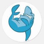 Tiburón del dibujo animado que rueda al pegatina