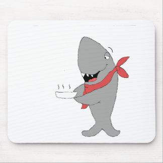 Tiburón del dibujo animado que sostiene la placa d tapete de ratón