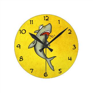 Tiburón del marinero de la escuela vieja reloj redondo mediano
