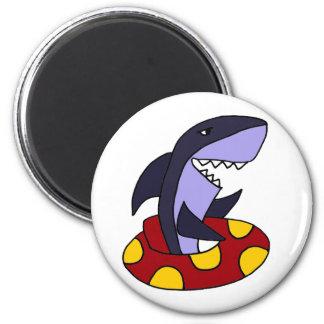 Tiburón divertido en tubo interno rojo y amarillo imán redondo 5 cm
