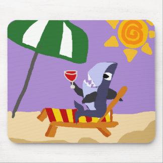 Tiburón divertido que bebe el vino rojo en la play