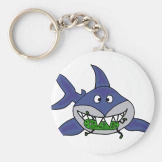 Tiburón divertido que come el dibujo animado del h llavero redondo tipo pin