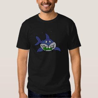 Tiburón divertido que come el dibujo animado del playeras