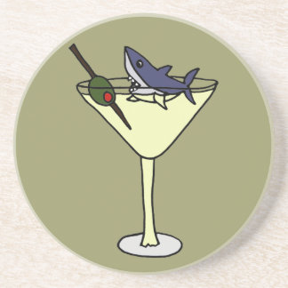 Tiburón divertido que come la aceituna en práctico posavaso para bebida