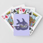 Tiburón divertido que juega el dibujo animado de l cartas de juego