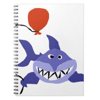 Tiburón divertido que sostiene el globo rojo libros de apuntes con espiral