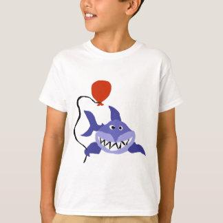 Tiburón divertido que sostiene el globo rojo poleras