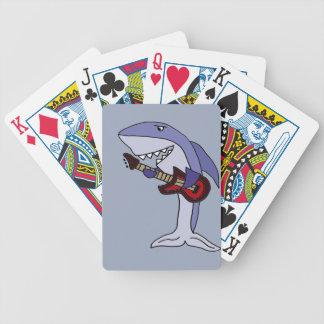 Tiburón divertido que toca la guitarra roja barajas de cartas