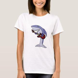 Tiburón divertido que toca la guitarra roja playera
