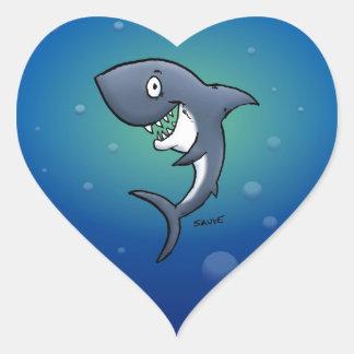 Tiburón divertido sonriente en fondo azul calcomanía de corazón personalizadas