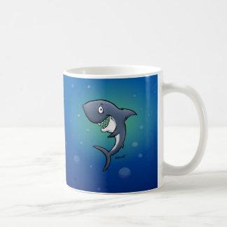 Tiburón divertido sonriente en fondo azul taza clásica