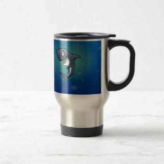 Tiburón divertido sonriente en fondo azul taza térmica