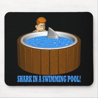 Tiburón en una piscina alfombrillas de ratón