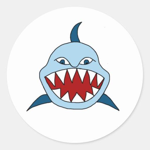 Tiburón enojado etiqueta redonda