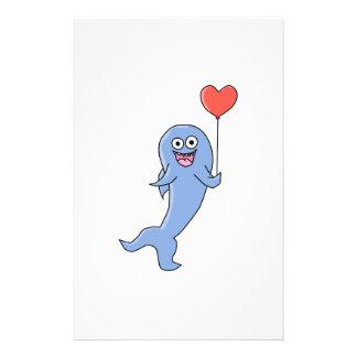 Tiburón feliz con el globo en forma de corazón flyer a todo color