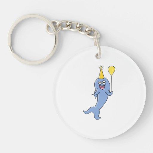 Tiburón lindo con el globo del cumpleaños llavero