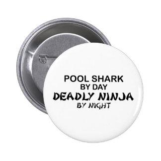 Tiburón Ninja mortal de la piscina por noche Pin Redondo De 2 Pulgadas
