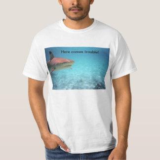 Tiburón peligroso en el agua poleras