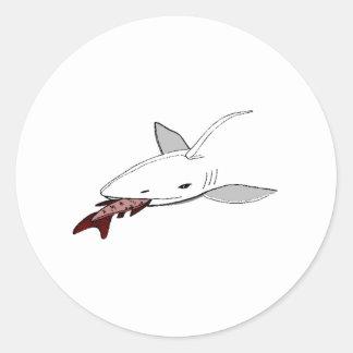 Tiburón que come pescados etiquetas redondas