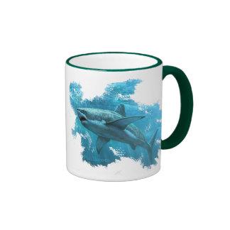 Tiburón que cruza las profundidades taza