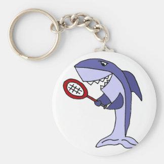 Tiburón que juega el dibujo animado del tenis llavero redondo tipo pin