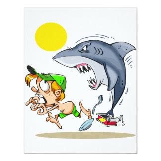 Tiburón que persigue invitaciones de un muchacho invitacion personal