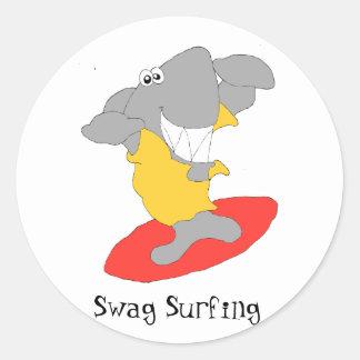 Tiburón que practica surf del dibujo animado pegatina redonda