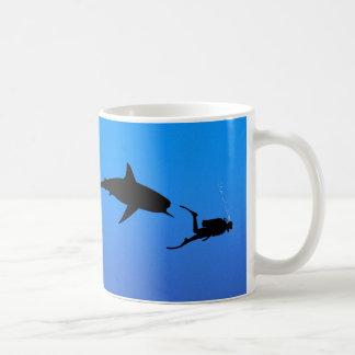 Tiburón y EQUIPO DE SUBMARINISMO Taza Básica Blanca