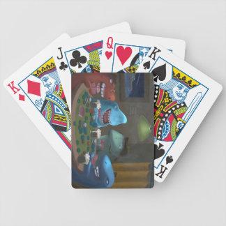 Tiburones del juego que juegan el póker barajas