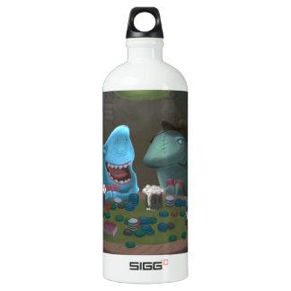 Tiburones del juego que juegan el póker botella de agua