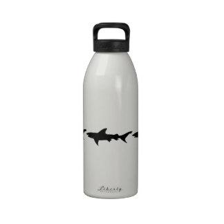 Tiburones que persiguen las colas uno del otro botella de agua