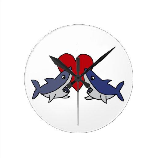 Tiburones tontos en arte del amor reloj de pared