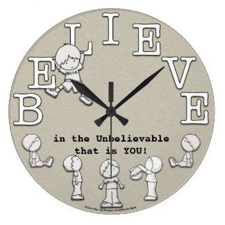 Tiempo al Creer-Pequeños muchacho y reloj