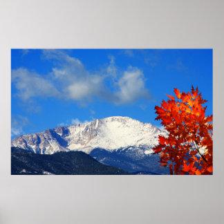 Tiempo de caída en las montañas rocosas coloridas póster