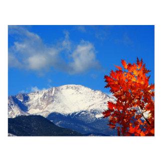 Tiempo de caída en las montañas rocosas coloridas postal