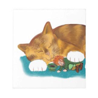 Tiempo de la siesta para el gatito del tigre del bloc de notas