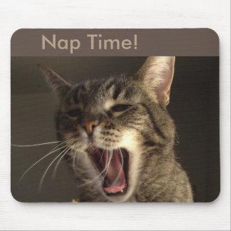 Tiempo de la siesta para el gato de bostezo alfombrilla de ratón