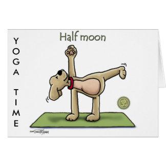 Tiempo de la yoga de la media luna tarjeton